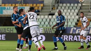 De Vrij-Bastoni ribaltano il Parma nel finale: Conte blinda la Champions