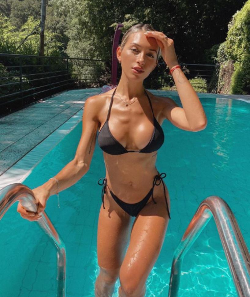 """Agustina Gandolfo, fidanzata di Lautaro Martinez, si è goduta il sole di Como per fare un bagno in piscina e chiedendo ai follower su Instagram: """"A me piace passare così la domenica, voi cosa farete?""""."""