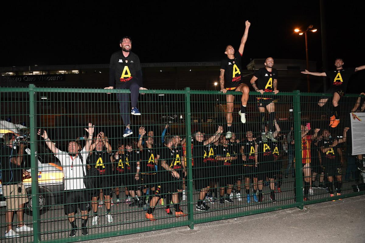 La festa della squadra allo stadio Vigorito: l'1-0 alla Juve Stabia vale la storica promozione in Serie A del Benevento.