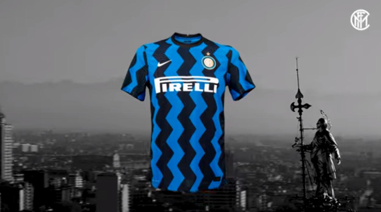 """Dieci anni dopo, l'Inter torna alle strisce """"elettriche"""": come nel 2010/11, anche nel 2020/21 i nerazzurri vestiranno la prima maglia con righe a zig-zag."""