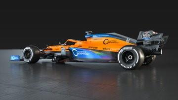 La McLaren aderisce alla campagna .WeRaceAsOne&#39;, che ha come obiettivo di raccogliere denaro per le organizzazioni benefiche che lottano contro il Covid-19, assistono i malati. La scuderia pluricampione del mondo di F1 vuole anche appoggiare gli sforzi di tutti coloro che &quot;si sono battuti in prima linea contro il, virus in questi mesi&quot;. Cosi&#39;, nel segno dello slogan &quot;Unita&#39;. Solidarieta&#39;. Speranza&quot; twittato dal Team, la McLaren si unisce a coloro che, nel mondo della F1, sono gia&#39; scesi in campo contro il razzismo e si stanno impegnando affinche&#39; vengno date pari opportunita&#39; alle minoranze, nell&#39;automobilismo. Per questo, rivelando la nuova livrea in celeste e arancione delle vetture del futuro ferrarista Carlos Sainz e di Lando Norris per il Mondiale 2020 che comincia domenica in Austria, la scuderia sottolinea che sulla carrozzeria delle due monoposto ci sono anche i colori dell&#39;arcobaleno. A questo proposito, bisogna ricordare che durante la crisi del coronavirus, l&#39;arcobaleno, gia&#39; presente sulle bandiere della pace e di coloro che si battono contro le discriminazioni sessuali, e&#39; diventato simbolo di unita&#39;, solidarieta&#39; e speranza, e anche di riconoscenza nei confronti di quei lavoratori che hanno rischiato le loro vite per salvare quelle degli altri. La McLaren, sempre via social, tiene anche a sottolineare che &quot;siamo fieri di dirvi che sulle nostre vetture ci sara&#39; anche la scritta &#39;End Racism&#39;&quot;.<br /><br />