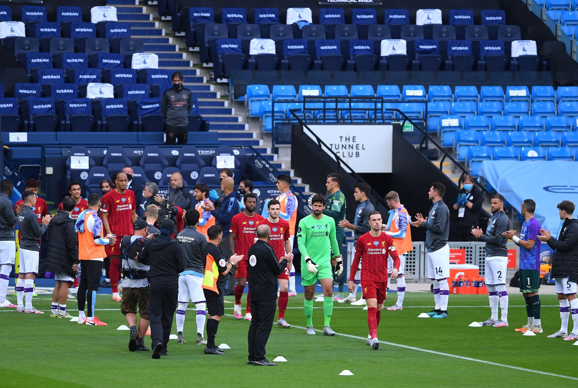 Spettacolo all'Etihad Stadium prima del fischio d'inizio di Manchester City-Liverpool. I Citizens, campioni uscenti della Premier League, hanno reso omaggio durante l'ingresso in campo ai nuovi campioni, il Liverpool. Al momento di entrare in campo, i giocatori di Pep Guardiola si sono schierati ai due lati del tunnel per una passerella d'onore nei confronti dei Reds guidati da Jurgen Klopp, vincitori di una Premier dominata fin dall'inizio.