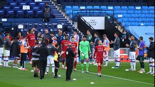Il City omaggia il Liverpool: passerella all'ingresso in campo