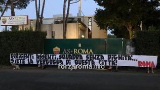Roma, i tifosi contestano squadra e società. Striscioni a Trigoria