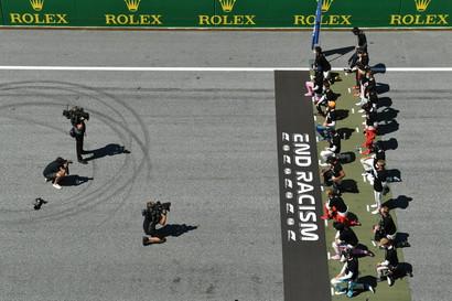 """I 20 piloti, pronti a partire per il primo GP del 2020, hanno deciso di indossare una maglia con la scritta """"end racism"""". Ma c'è anche chi ha deciso di non inginocchiarsi come Leclerc e Verstappen."""