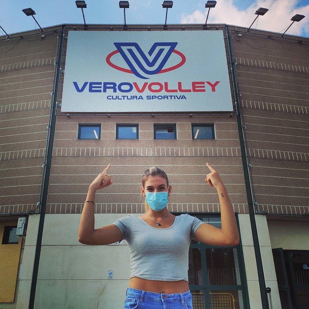 Alessia Orro in posa davanti alla sua nuova casa, l'Arena di Monza.