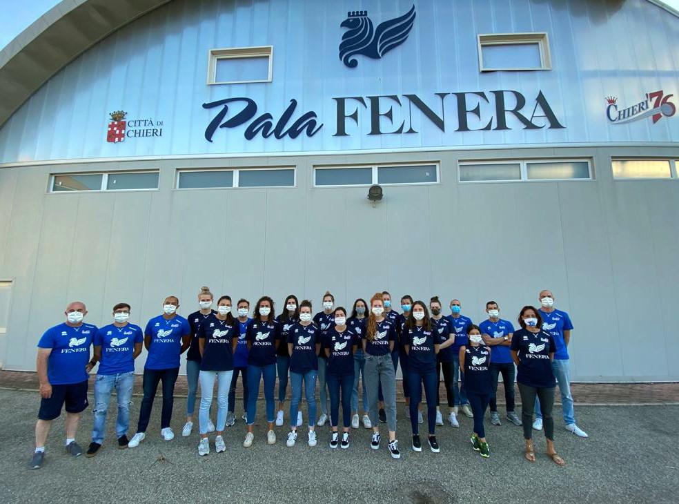 Il team all'esterno del PalaFenera.