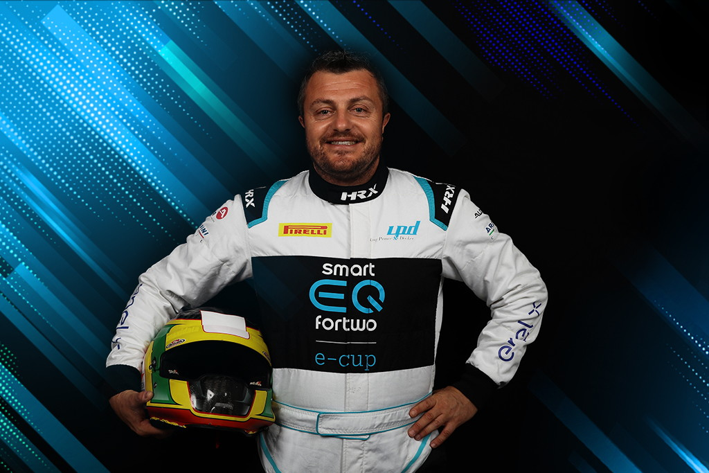 Il team Gino conferma la sua presenza nella smart EQ fortwo e-cup 2020 e porta con sé un'importante novità: presentato infatti il nuovo pilota, Gianluca Carboni, che lo scorso anno vinse la tappa inaugurale di Vallelunga.