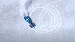 Sfida ghiacciata: una Formula E drifta sull'iceberg