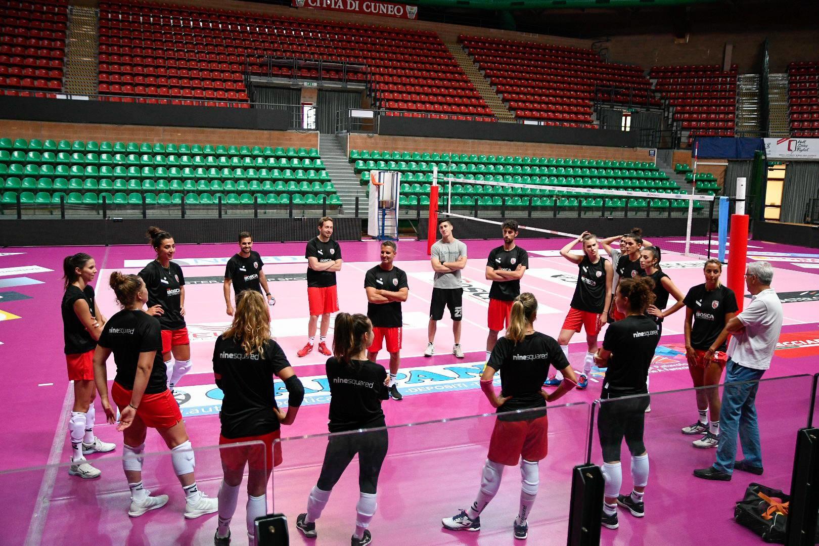 La squadra ascolta il coach, Andrea Pistola.