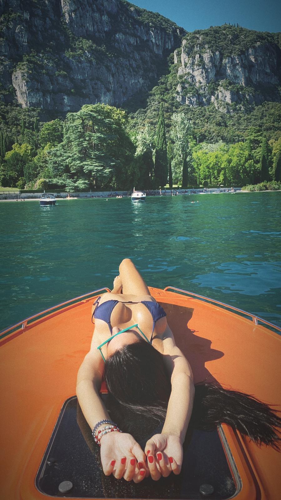 Erjona Sulejmani si prepara ad un'estate caliente sul lago di Garda: ecco le foto bollenti della modella albanese in barca.