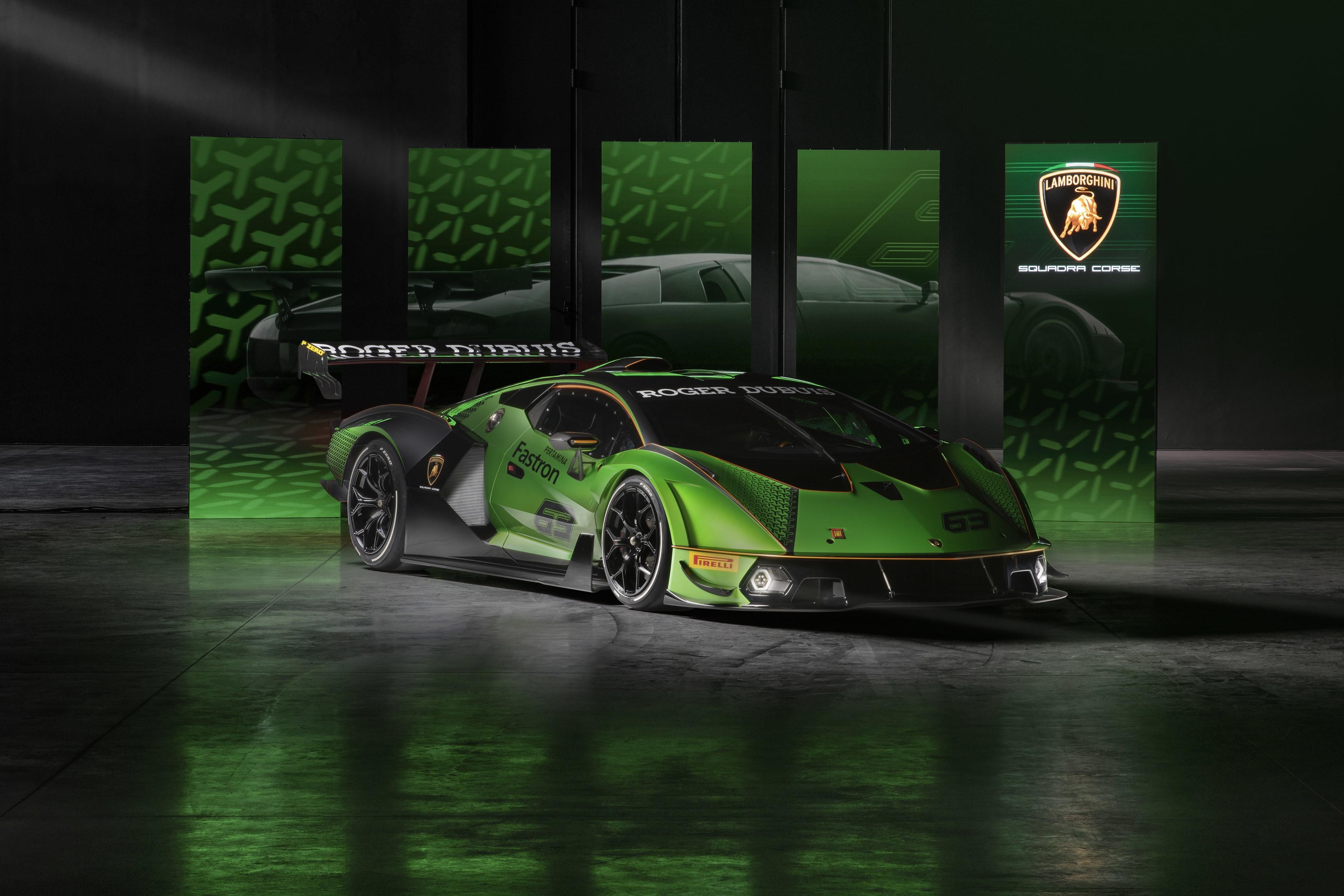 """Verde e nera, aggressiva come non mai: ecco svelata ufficialmente la livrea della nuova Lamborghini Essenza SCV12. Un gioiello per pochi visto che il reparto Squadra Corse della casa di Sant'Agasta Bolognese ne costruirà solo 40 esemplari. Una serie limitata per i clienti che vorranno divertirsi in pista come i piloti veri. """"Essenza SCV12 rappresenta la più pura esperienza di guida in pista che il nostro marchio possa offrire, un'impresa ingegneristica che sottolinea il legame indissolubile tra il nostro Marchio e l'asfalto della pista. Lamborghini è un brand costantemente rivolto al futuro e in cerca di sfide innovative, ma non dimentichiamo mai le nostre radici e ciò che siamo: costruttori di auto supersportive. Essenza SCV12 è il perfetto connubio tra il nostro spirito non convenzionale e la vera passione per il motorsport"""", le parole del ceoStefano Domenicali nel presentare la Lamborghini più potente di sempre."""