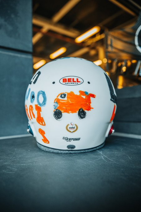 Lando Norris correrà il GP di casa a Silverstone con una casco speciale. La sua grafica è stata disegnata da una bambina di 6 anni, Eva, che ha partecipato a un concorso indetto dallo stesso pilota della McLaren.