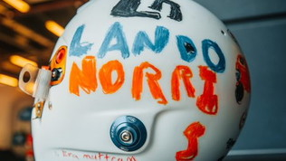 Norris in pista con il casco disegnato da una bambina