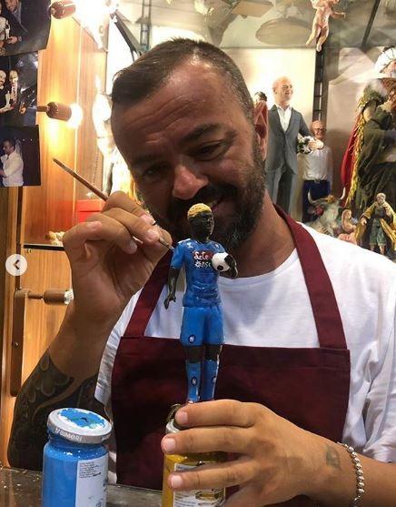 Genny Di Virgilio non ha perso tempo: l'artista di San Gregorio Armeno ha già creato la statuetta di Victor Osimhen, nuovo acquisto del Napoli, e l'ha posizionata nel presepe (foto Napoli Magazine)