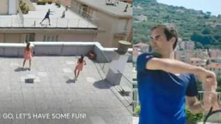 Federer palleggia sui tetti di Finale Ligure con Vittoria e Carola VIDEO