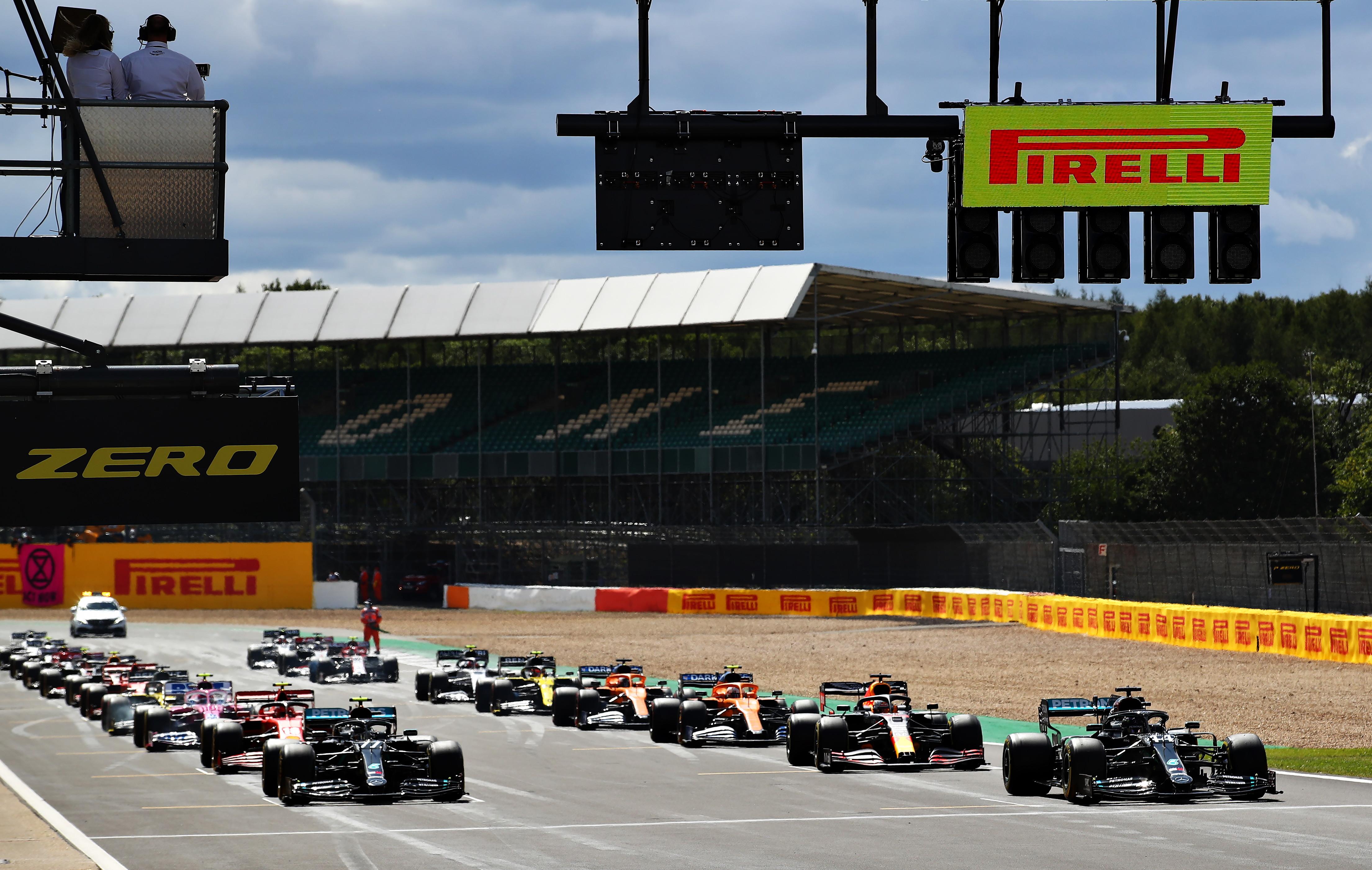 Il britannico chiude con una ruota bucata, a podio anche Leclerc