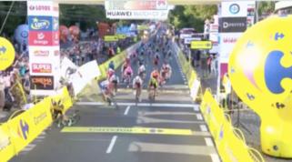 Caduta shock in volata al Giro di Polonia, Jakobsen in gravi condizioni
