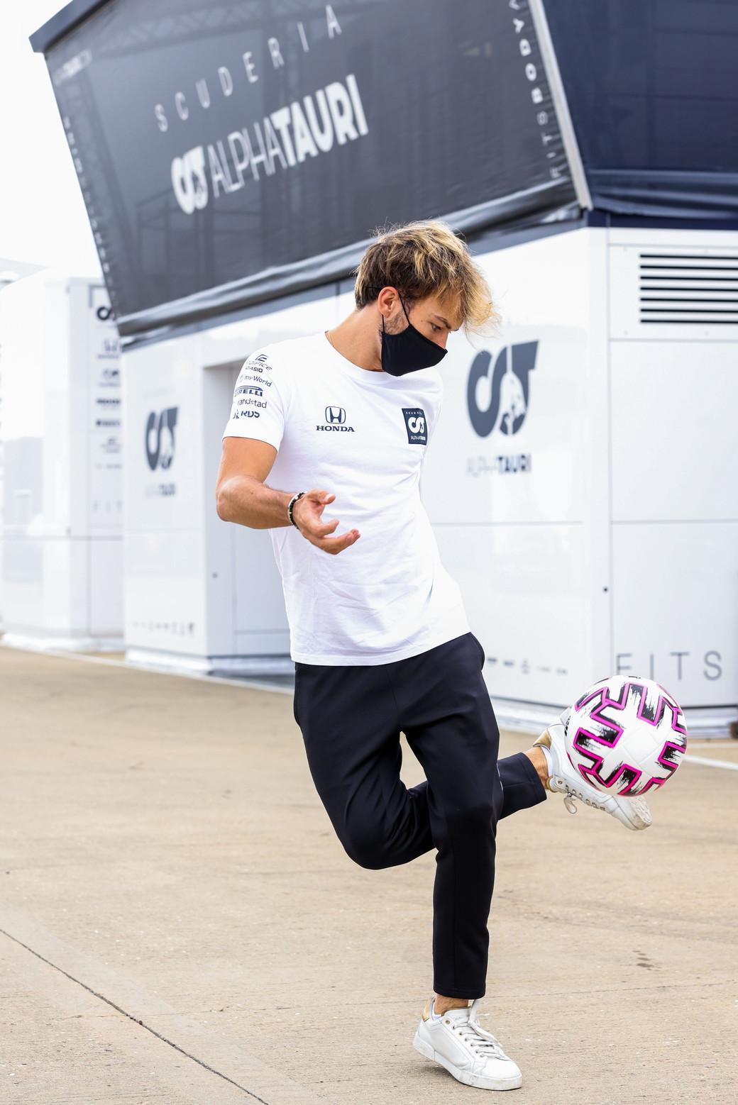 Nel secondo round di Silverstone tutti pronti a dare la caccia ad Hamilton. Intanto Gasly si diverte palleggiando nel paddock.<br /><br />