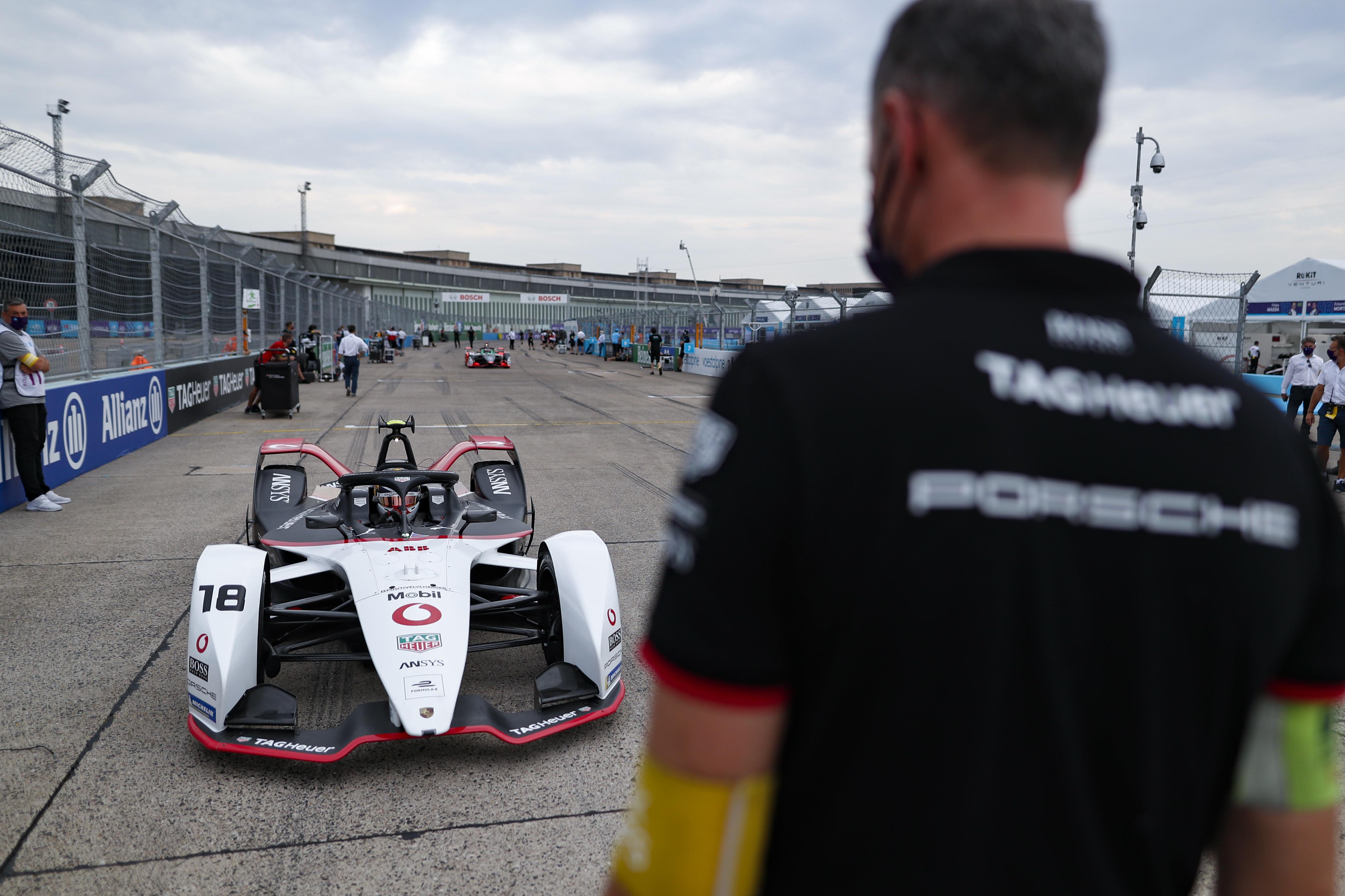 Doppietta Mercedes nell&#39;ultima gara della stagione, Vandoorne vince davanti a De Vries e Buemi<br /><br />