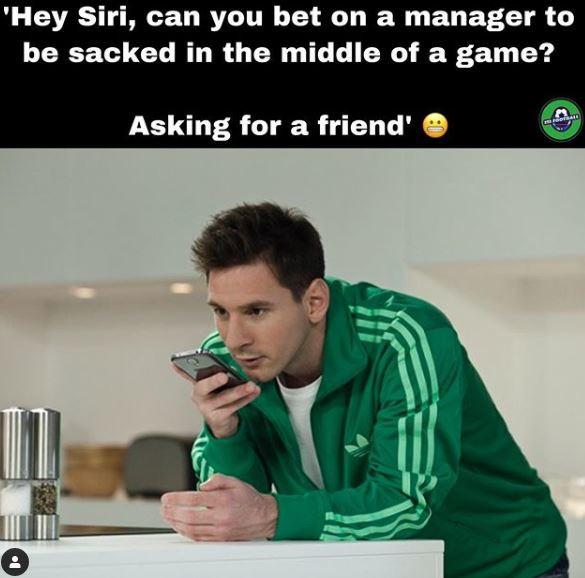 """""""Siri, si può scommettere per l'esonero di un allenatore a metà di una partita? Chiedo per un amico..."""""""