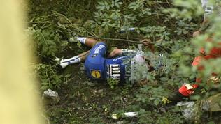 Giro di Lombardia, Evenepoel finisce in un dirupo: frattura del bacino e contusione al polmone destro