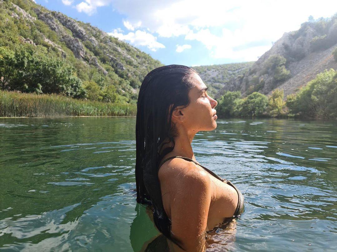 Jovana Djordjevic manda in tilt i social. La modella e compagna del centravanti Filip, ex Lazio e Chievo, ha postato infatti su Instagram una foto il topless che ha letteralmente mandato in delirio i suoi follower.<br /><br />
