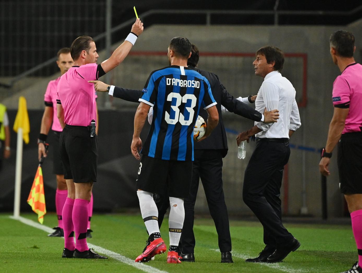 Siviglia-Inter partita tesa non solo in campo: al 17&#39; della finale di Europa League lite tra Antonio Conte ed Ever Banega&nbsp;(tra l&#39;altro ex del match). Il tecnico nerazzurro reclama un rigore per un tocco di mano in area di Diego Carlos, il centrocampista infastidito dalle proteste urla: &quot;Basta, devi stare zitto!&quot;. Inizia cos&igrave; un battibecco che poi l&#39;arbitro olandese Makkelie chiude ammonendo Conte per condotta antisportiva.<br /><br />
