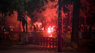 A Parigi scoppia la violenza: scontri tra tifosi del Psg e la polizia