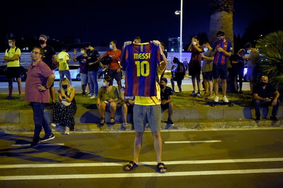 Messi, tra speranza e rabbia: i tifosi blaugrana fuori dal ...