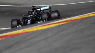 Pole con dedica per Hamilton. Bottas e Verstappen ci credono