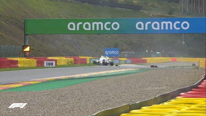 L&#39;Alfa Romeo dell&#39;italiano &egrave; andata fuori pista in curva 14, Russell riesce ad evitarlo impattando il muro sulla sinistra<br /><br />