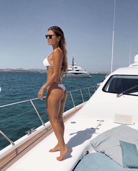 Carol Cabrino, moglie del difensore del Psg Marquinhos, ha postato su Instagram una foto mozzafiato in bikini su uno yacht&nbsp;a Ibiza. Tanti gli elogi per la splendida ragazza brasiliana, ma anche qualche follower che ha dubitato che sia tutto frutto di madre natura. Immediata la sua replica: &quot;E&#39; solo merito dell&#39;alimentazione e dell&#39;esercizio fisico&quot;.<br /><br />