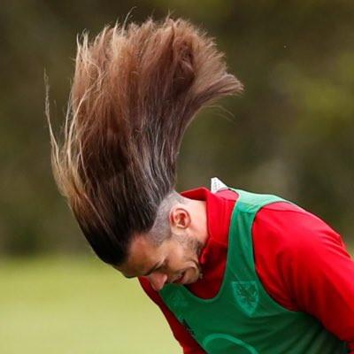 Il recente look in nazionale di Gareth Bale, con una folta chioma che ha fatto il giro dei social e scatenato paragoni irriverenti, ha aperto un mondo sui look dei calciatori. Il gallese non &egrave; l&#39;unico: dalla mezzaluna di Ronaldo nel 2002 alla testa a scacchi di Perisic, i capelli dei calciatori ne hanno viste... di tutti i colori<br /><br />