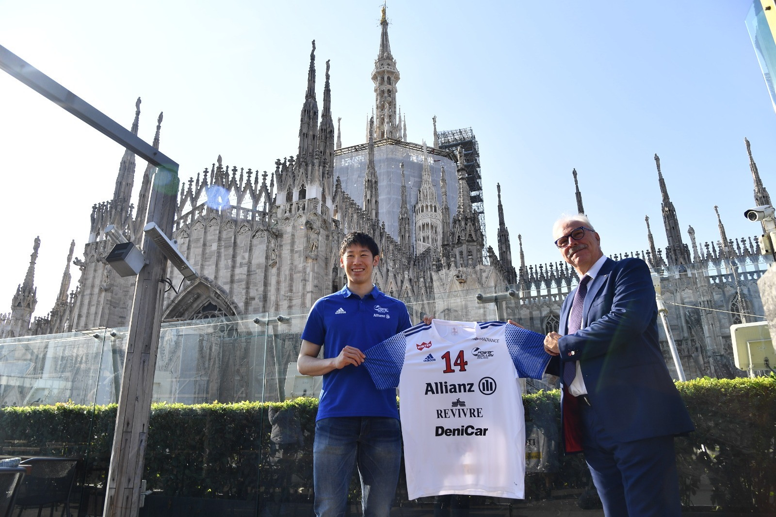 Ecco Yuki Ishikawa, nuovo schiacciatore dell'Allianz Powervolley Milano. Presenti anche il presidente Lucio Fusaro e il coach Roberto Piazza.