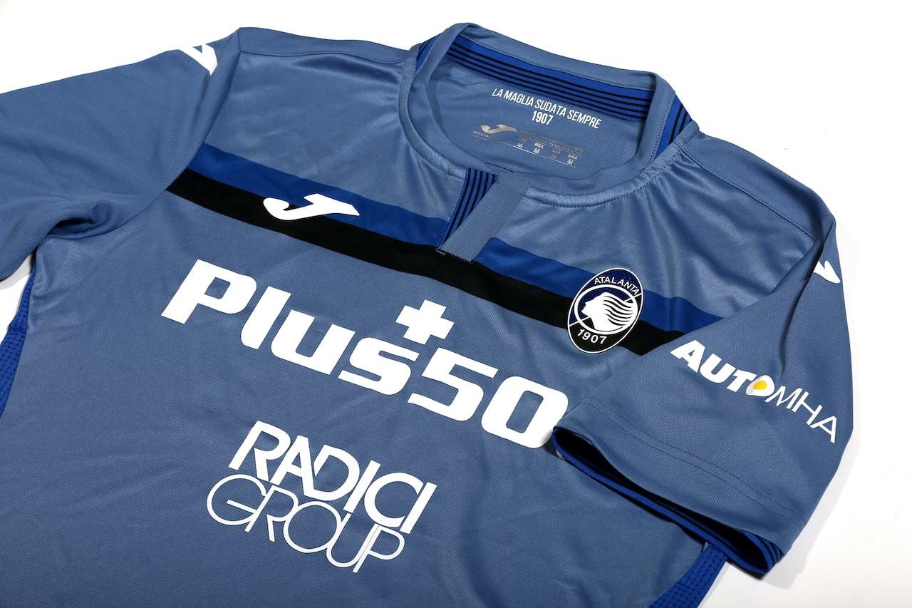 L&#39;Atalanta ha presentato la terza maglia per la stagione 2020/2021.&nbsp;&nbsp;Sviluppata da Joma, la divisa &egrave; stata realizzata in una particolare tonalit&agrave; di blu&nbsp;e caratterizzata da una banda orizzontale nerazzurra che trova spazio nella parte superiore. La particolarit&agrave; della terza maglia, caratterizzata da un colletto a giro aperto, con soffietto in rib nei colori del club, &egrave; per&ograve; l&rsquo;inserimento con tecnica embossed del profilo esterno della nuova Curva Nord &ldquo;Pisani&rdquo; del GEWISS STADIUM, la casa dell&rsquo;Atalanta e dei suoi tifosi.<br /><br />