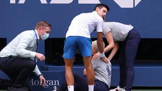 Nole Djokoviccolpisce giudice di linea con una pallata: squalificato