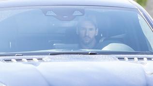 Zero sorrisi e sguardo serio, Messi arriva al centro sportivo