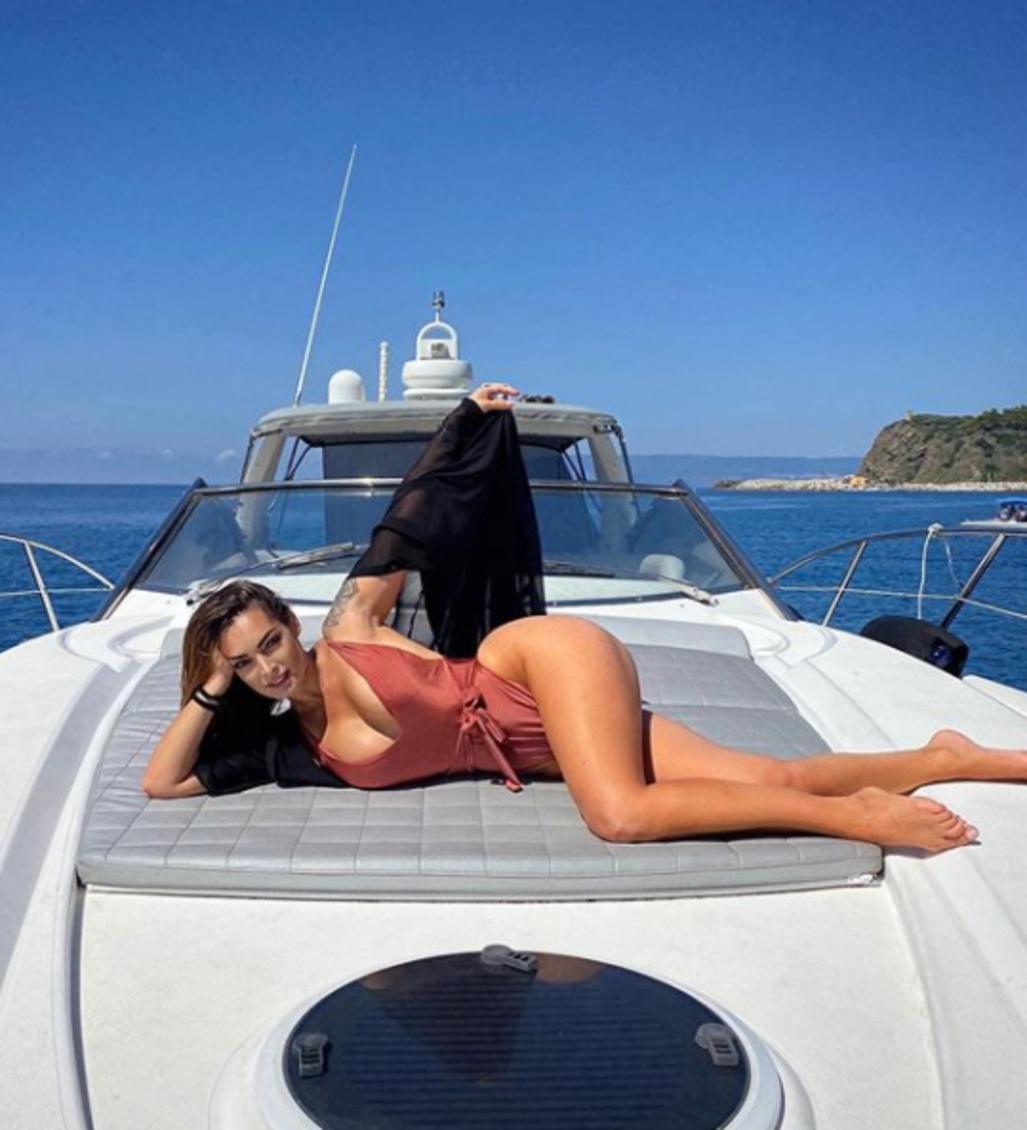 Vacanze in Calabria per Emilie Nef Naf: l&#39;ex moglie di Jeremie Menez&nbsp;ha deciso di rilassarsi&nbsp;proprio dalle parti dell&#39;attaccante, appena ingaggiato dalla Reggina. La modella francese ha anche sfoggiato una capigliatura rossa che ha fatto impazzire i follower su Instagram.<br /><br />