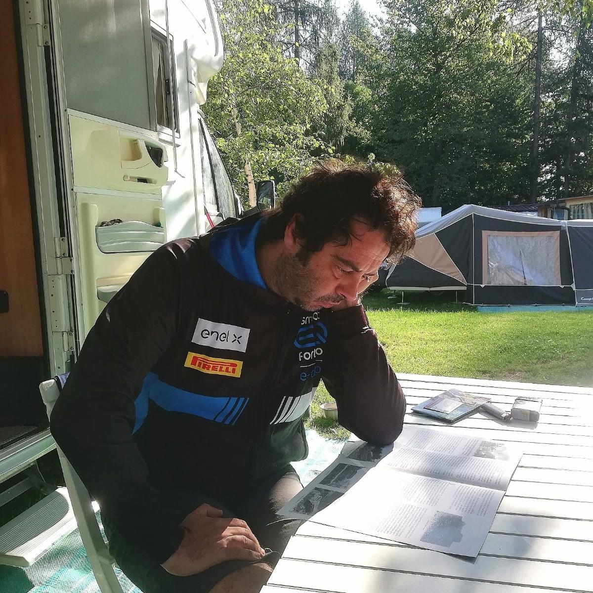 Michele Spoldi è alle prese con i sentieri da affrontare nella splendida Val Di Sole.