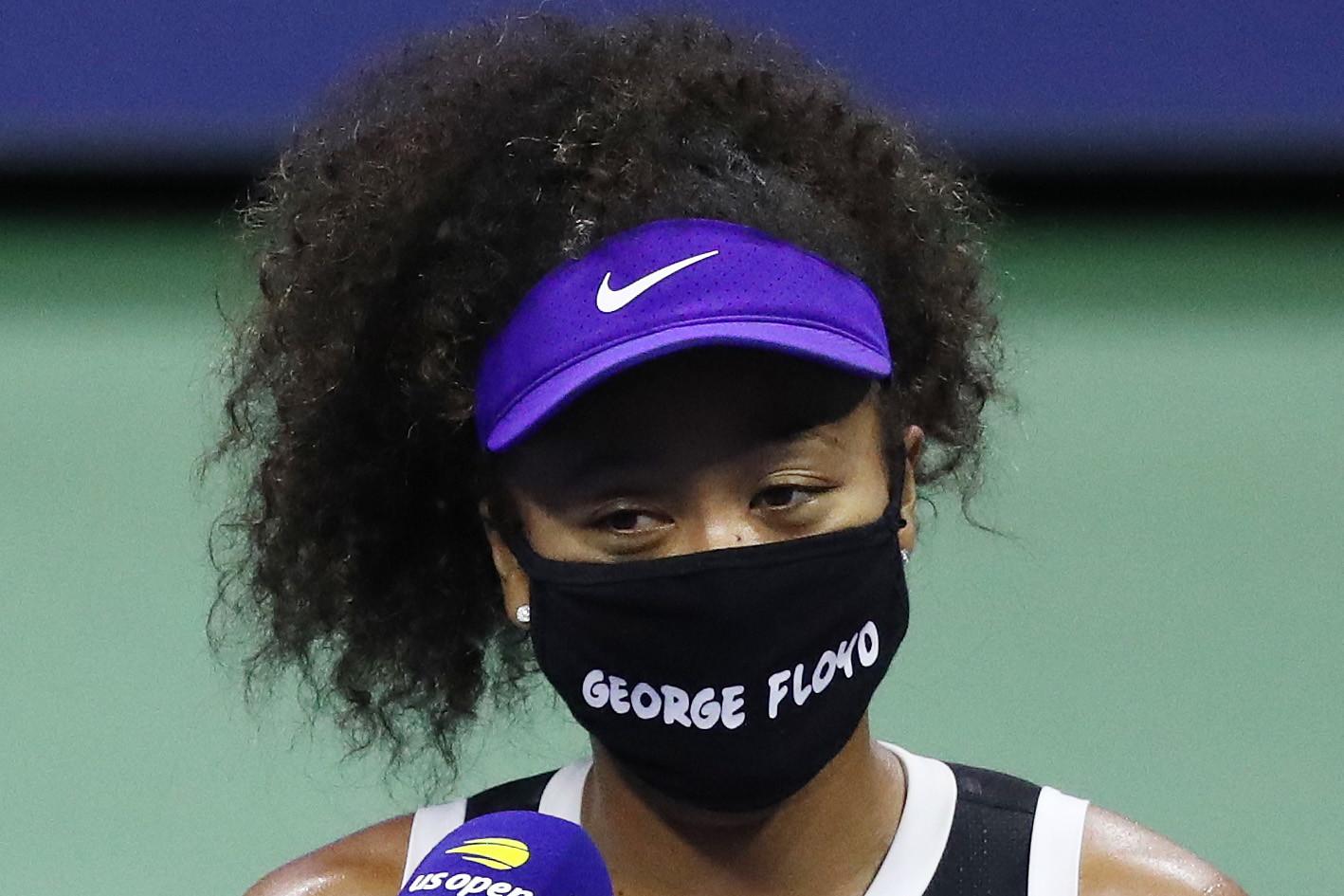 Procede senza intoppi la corsa di Naomi Osaka agli US Open. La vincitrice del 2018, parallelamente, sta portando avanti la sua personale battaglia contro il razzismo, indossando ogni volta mascherine diverse con nomi di persone afroamericane&nbsp;che hanno perso ingiustamente la vita negli ultimi anni. Nel match vinto contro Shelby Rodgers, &egrave; stata la volta di&nbsp;George Floyd, l&#39;uomo&nbsp;soffocato e ucciso dalla polizia a Minneapolis questa estate. Nei turni precedenti, la campionessa giapponese aveva ricordato&nbsp;Breonna Taylor, Elijah McClain, Ahmaud Arbery e Trayvon Martin. &quot;I giornali e i siti web spesso riportano solo un lato delle cose.&nbsp;Vorrei che ci si informasse di pi&ugrave; prima di parlare di questi argomenti, o di qualunque altro argomento.&nbsp;Questo gesto &egrave; soprattutto per la sua famiglia&rdquo;.<br /><br />