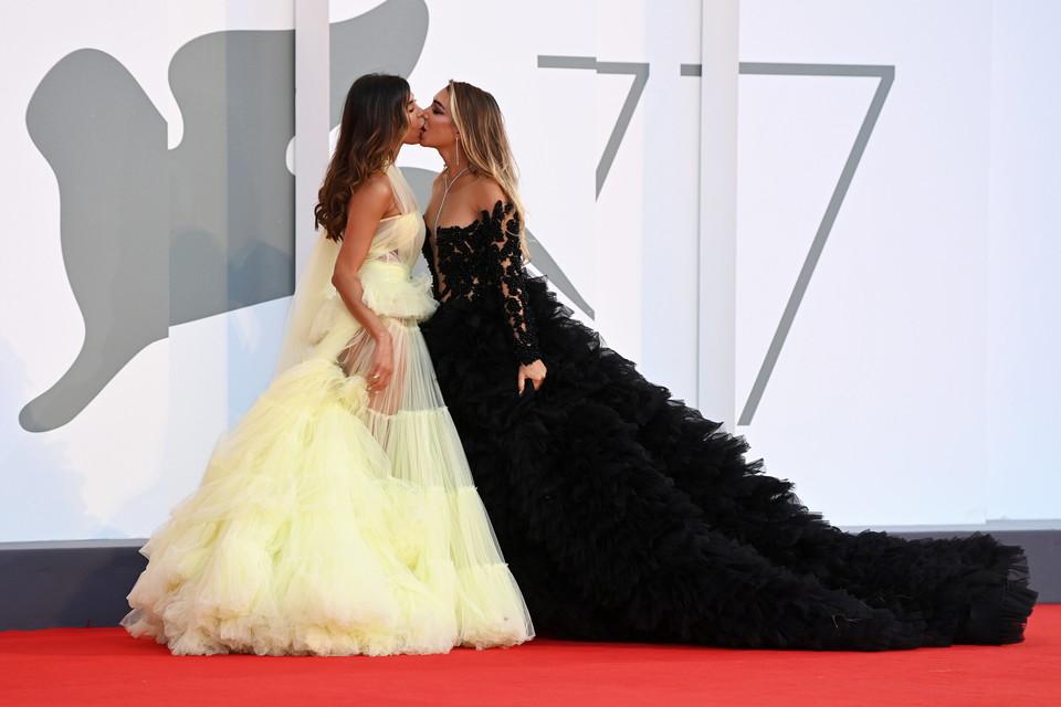 Mila Suarez ed Elisa De Panicis incendiano Venezia con un bacio saffico
