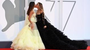 Elisa De Panicis e Mila Suarez, bacio hot a Venezia