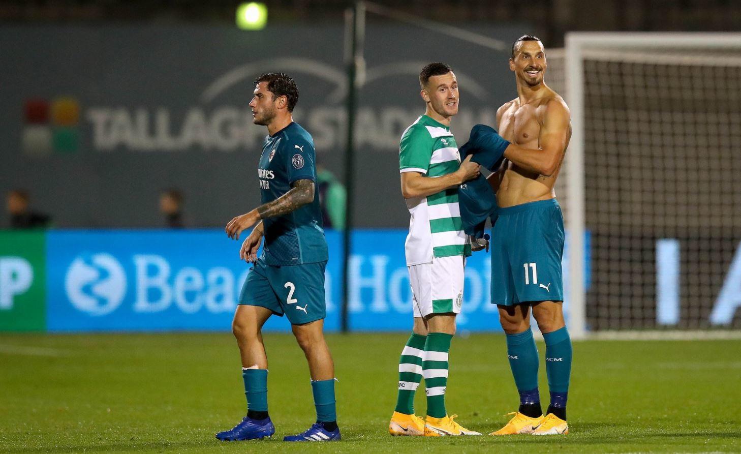 Bel gesto di Ibrahimovic al termine del match contro lo Shamrock Rovers. Lo svedese, come sottolineato dallo stesso club irlandese sul proprio profilo Twitter, ha regalato la sua maglia al figlio-raccattapalle di un avversario: &quot;Zlatan&nbsp;ha appreso che il figlio di Aaron Greene, un giocatore della Rovers Academy, era un raccattapalle della partita. Gli ha promesso la sua maglia e&nbsp;si &egrave; assicurato che l&#39;avesse ottenuta&quot;. Almeno per il pi&ugrave; piccolo della famiglia, una serata da ricordare per tutta la vita...<br /><br />