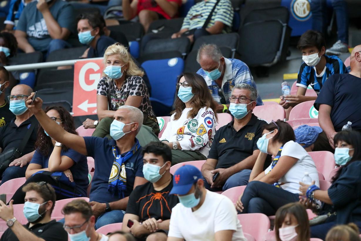 San Siro riapre ai tifosi, tra cori e applausi per l&#39;ingresso in campo dell&#39;Inter prima dell&#39;amichevole contro il Pisa. Dopo 220 giorni, torna infatti il pubblico al Meazza, con circa 1.000 spettatori presenti al primo anello rosso. Mascherine, distanziamento e controlli sono stati i protagonisti nel piazzale dello stadio Meazza davanti agli ingressi 13 e 14, i due dedicati all&#39;accesso.&nbsp;tutti sono stati poi sottoposti al controllo della temperatura e al saturimetro, consegnando inoltre una autocertificazione sulle proprie condizioni di salute. Tra le procedure di sicurezza, ai tifosi &egrave; stato inoltre chiesto di rimanere seduti per tutta la durata della partita.<br /><br />
