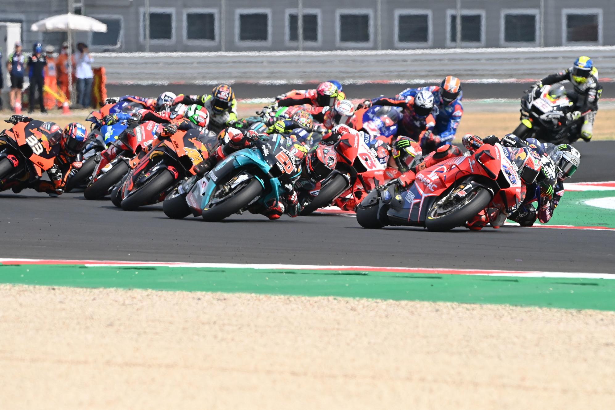 Poteva essere il primo successo in MotoGP per Bagnaia, ma lo scivolone a 7 dal termine ha regalato il successo a Vinales nel GP dell&#39;Emilia Romagna<br /><br />