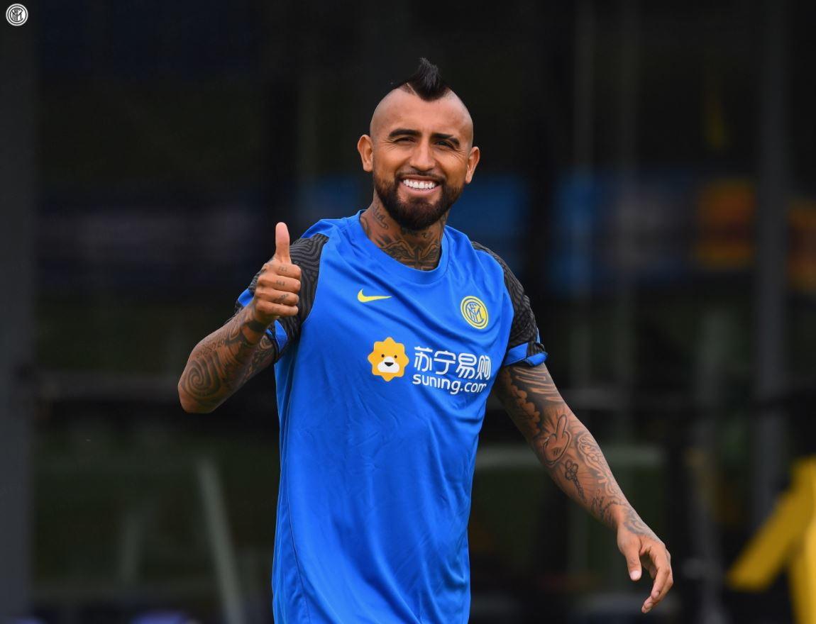 Arturo Vidal &egrave; appena arrivato ufficialmente all&#39;Inter, ma va gi&agrave; di corsa. Il cileno si &egrave; infatti subito presentato in campo agli ordini di Conte, salutando il tecnico e i nuovi compagni tra sorrisi e abbracci.&nbsp;<br /><br />