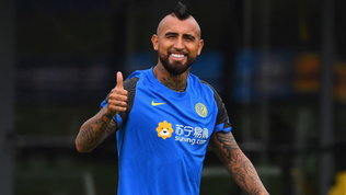 Inter, Vidalsubito in campo: abbracci e sorrisi