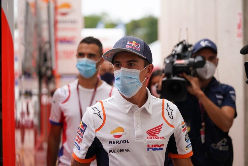 Marc Marquez non sa stare lontano dalla pista e, nel fine settimana in cui le moto sono ad un passo da casa sua, non perde l&#39;occasione per fare un saluto a tutti quanti. Visita a sorpresa nella giornata di gioved&igrave; per lo spagnolo che, in attesa di recuperare dall&#39;infortunio all&#39;omero subito a Jerez-1, ha riassaporato le emozioni del paddock tornando anche in sella, per pochi istanti, alla sua RC213V.<br /><br />