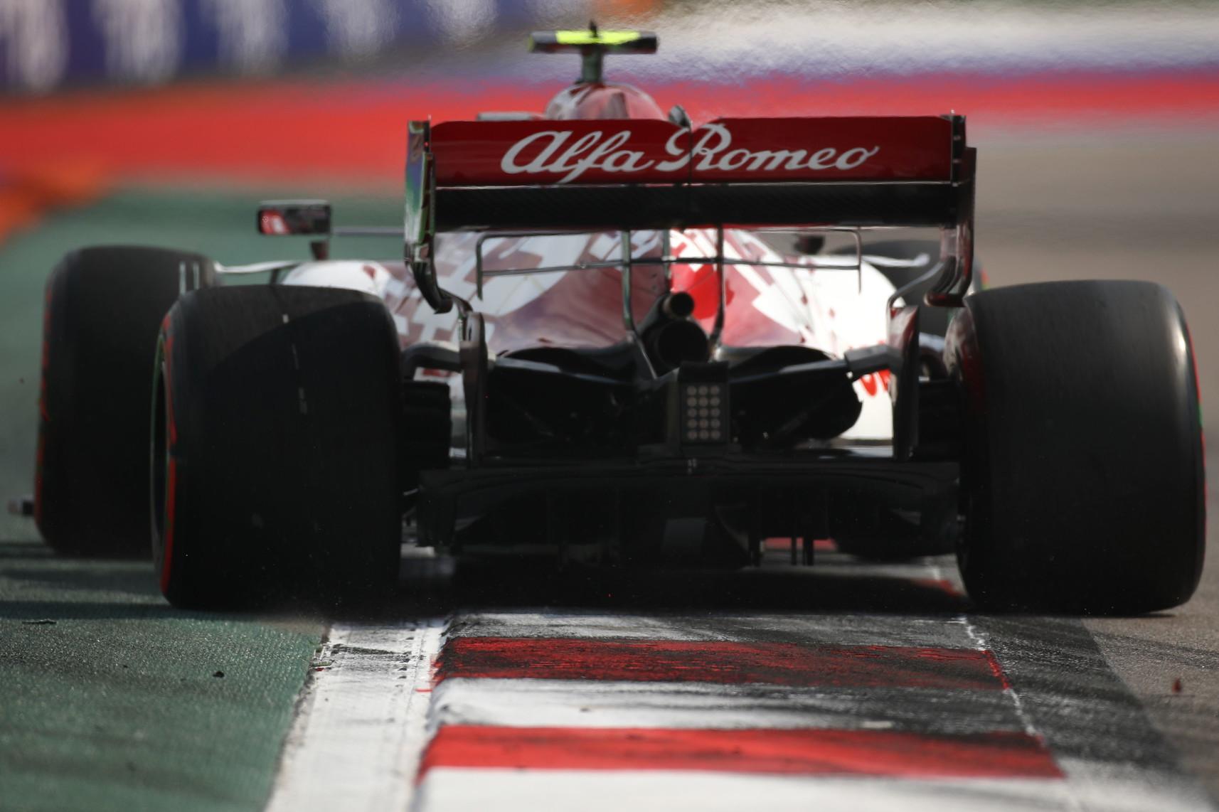 L&#39;inglese rischia di rimanere fuori dal Q3 e poi si scatena. Ferrari ancora deludenti.<br /><br />